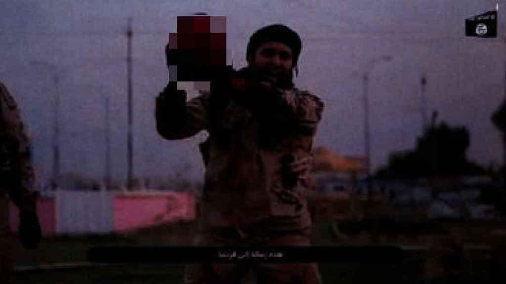 Un miembro del Estado Islámico levanta la cabeza de un hombre en uno de los vídeos localizados a los terroristas detenidos en Estrasburgo.