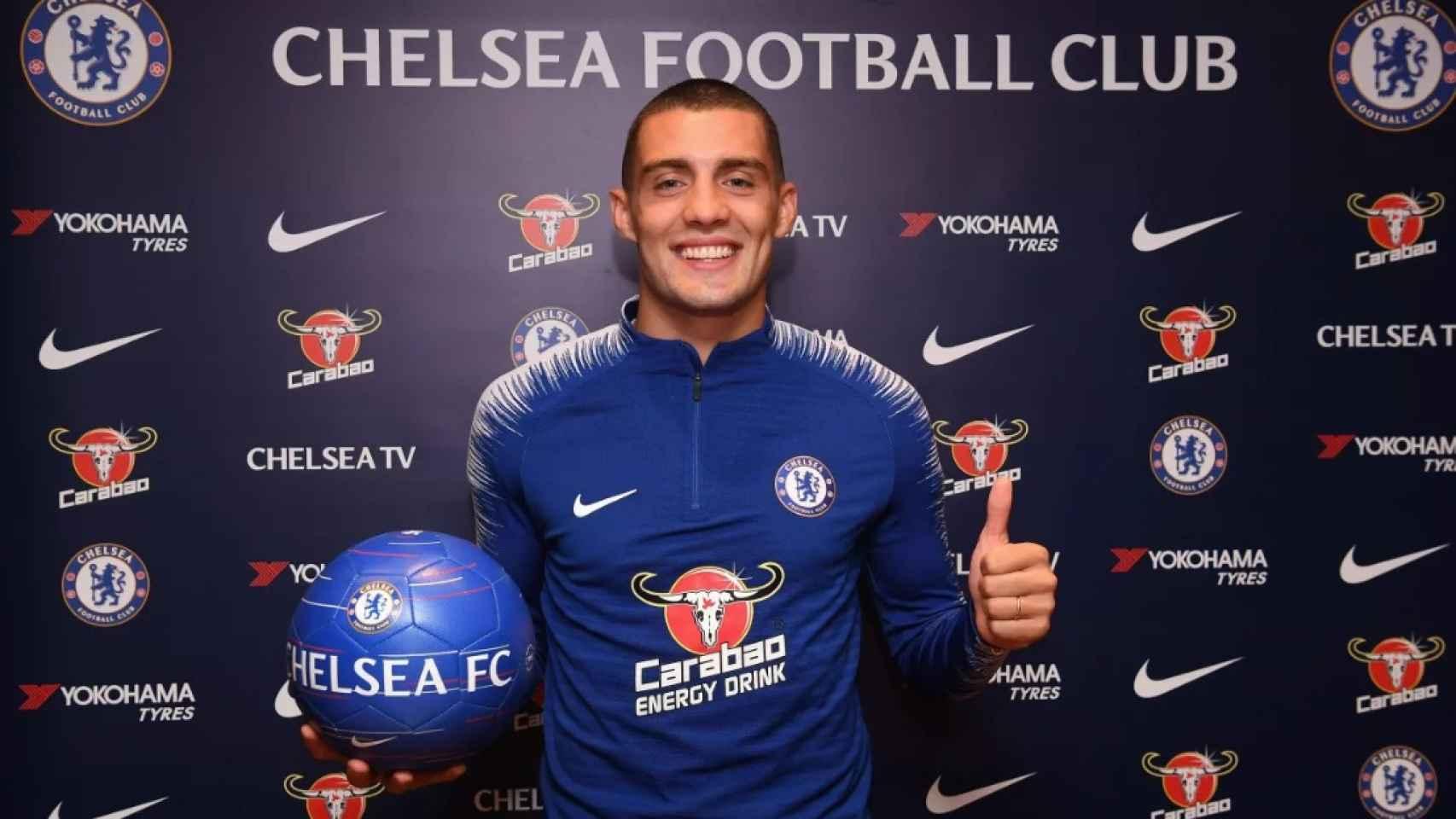 Kovacic posando como nuevo jugador del Chelsea. Foto: chelseafc.com