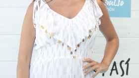 Elena Furiase posando en el photocall de un evento con un vestido blanco.