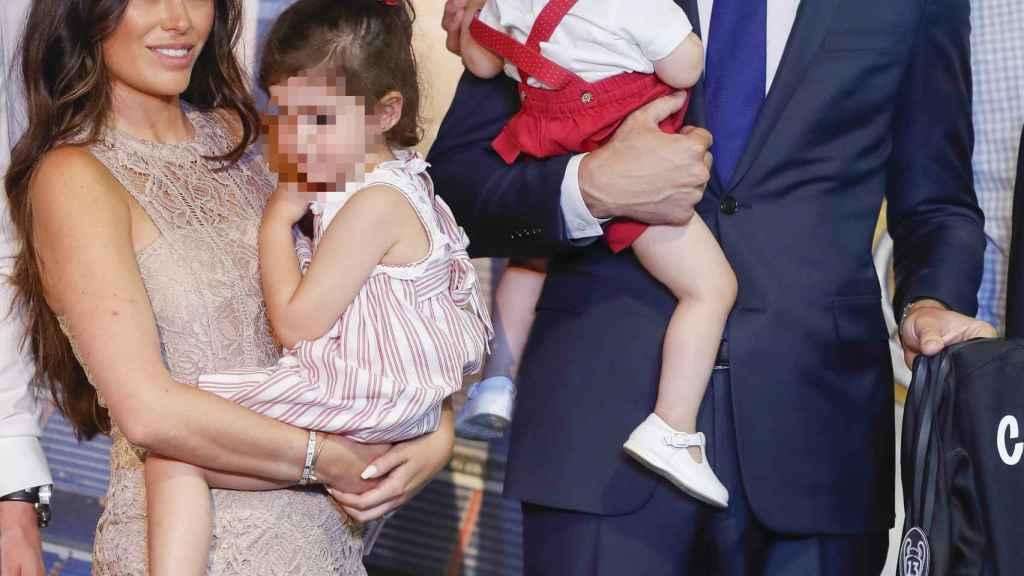 Courtois y Marta junto a sus hijos en la presentación.