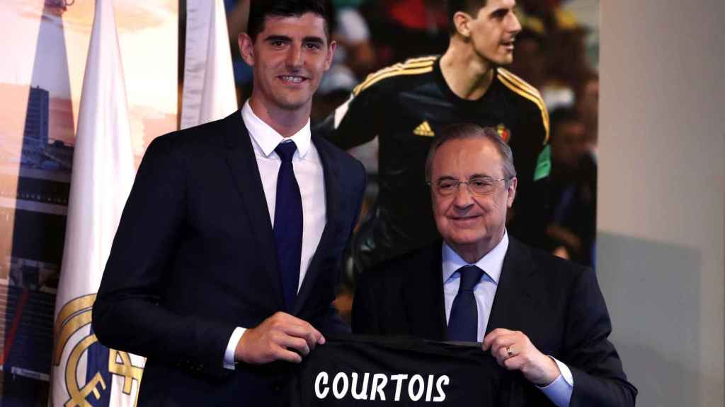 Thibaut Courtois posa con la camiseta del Real Madrid junto a Florentino Pérez