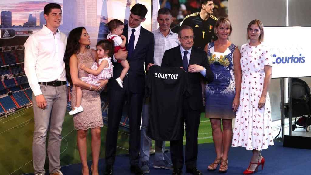 Thibaut Courtois, junto a su familia durante la presentación