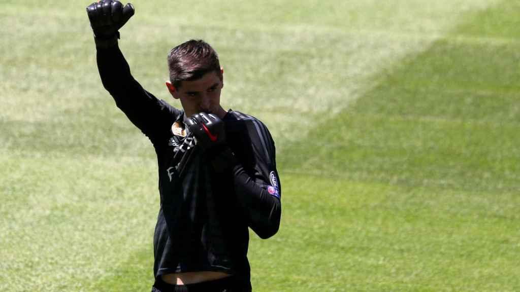 Thibaut Courtois, besa el escudo del Real Madrid