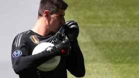 Thibaut Courtois, besa el escudo del Real Madrid en su presentación