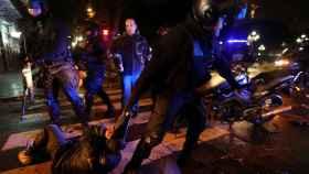 Un hombre detenido durante los disturbios en Buenos Aires.
