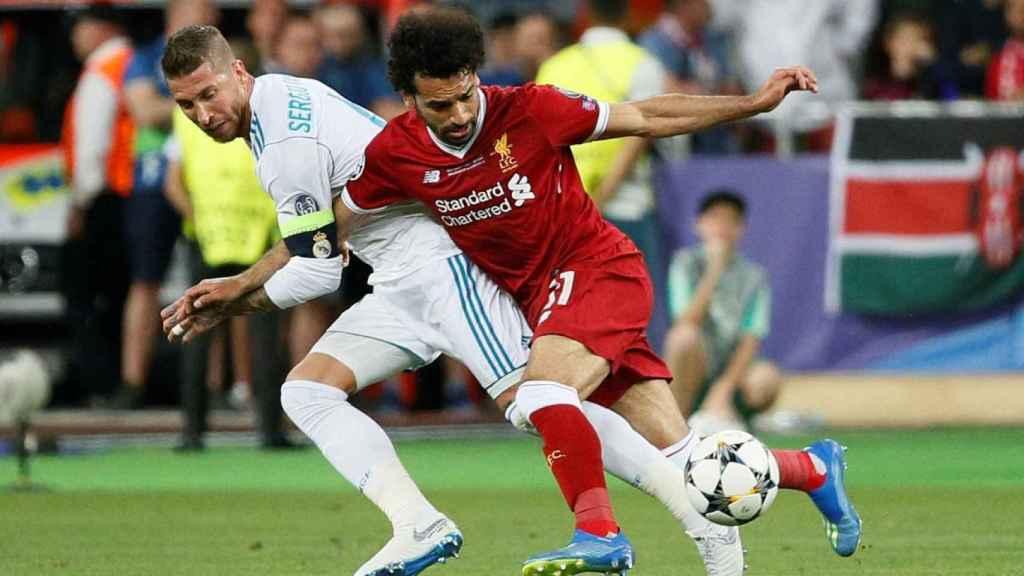 Ramos y Salah peleando un balón en el Madrid - Liverpool