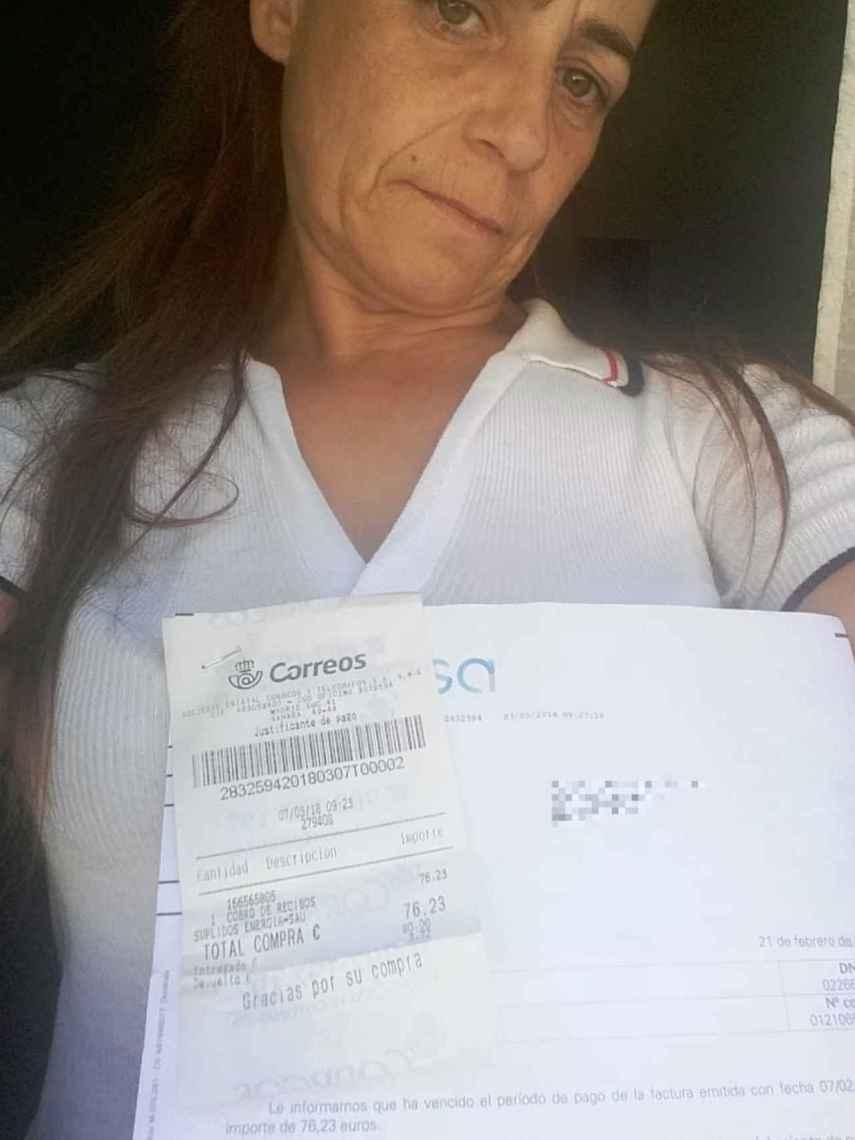 Alicia no recibe ayudas ni públicas ni privadas, su única solución es pagar las facturas a plazos.