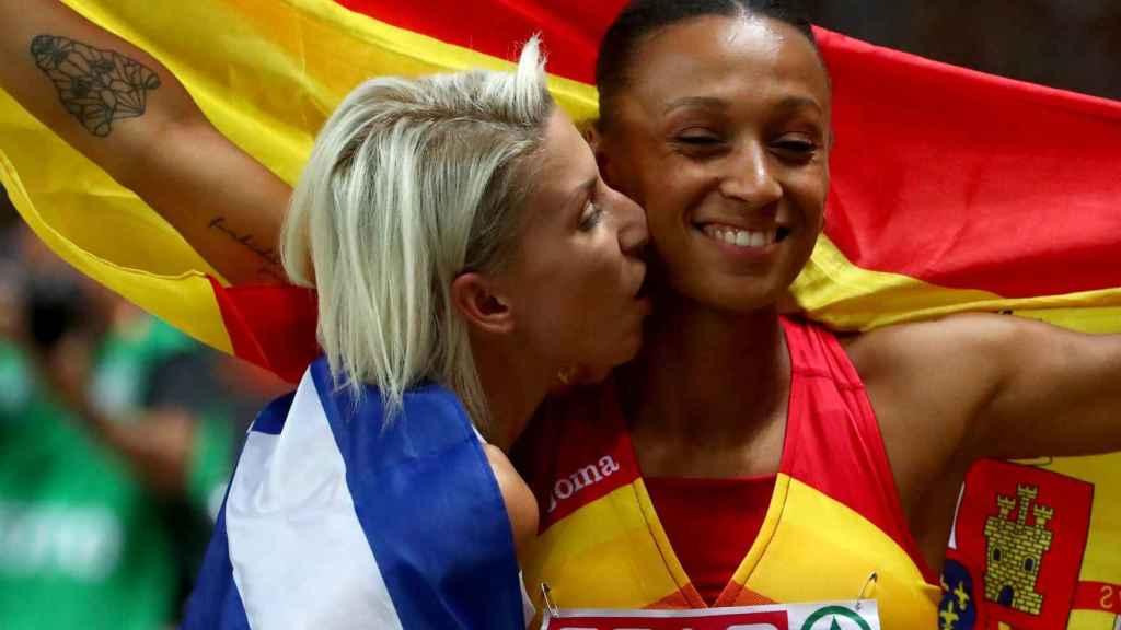 Peleteiro y la griega Paraskeví Papahrístou celebran sus medallas.