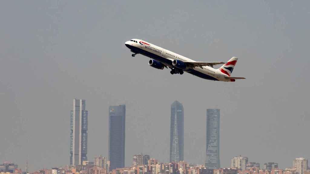 Un avión de British Airways despega en Barajas, Madrid.