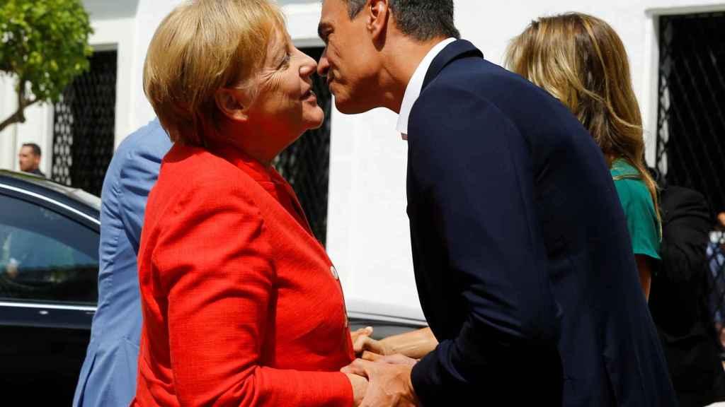 Merkel y Pedro Sánchez se saludan en Doñana, en agosto de 2018.