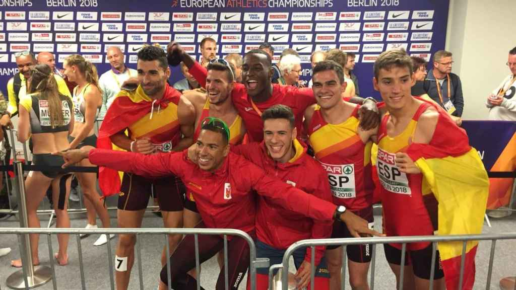 Los siete integrantes del 4x400m celebran el bronce en zona mixta.