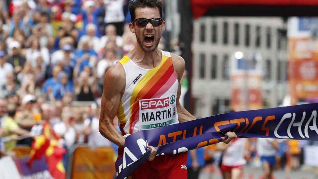 Álvaro Martín celebra rabioso su victoria en los 20 kms marcha del Europeo.