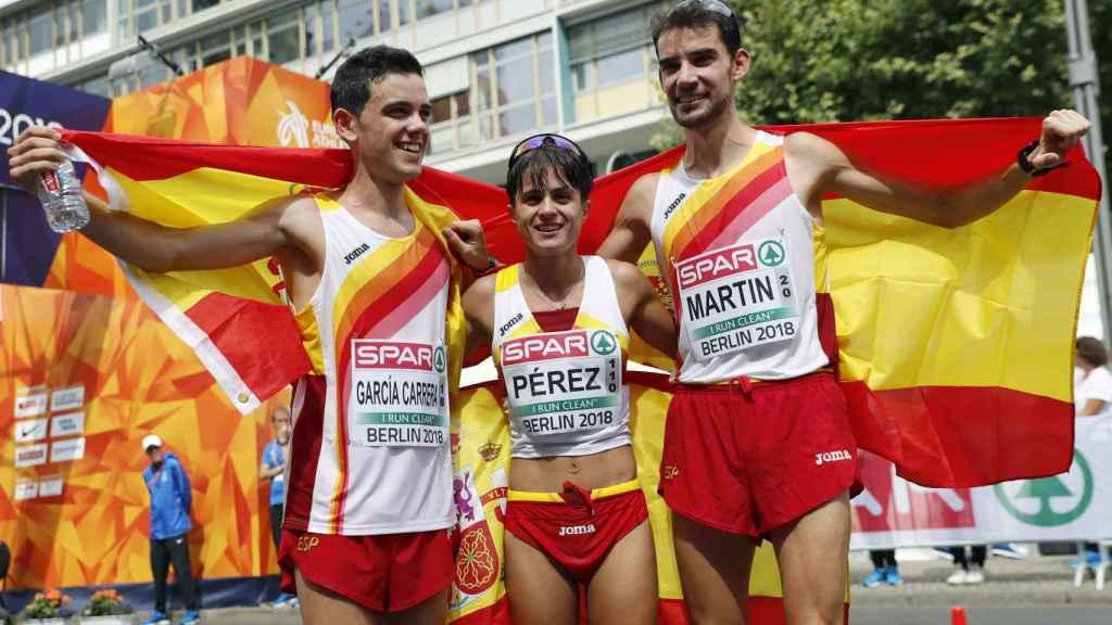 Diego García, María Pérez y Álvaro Martín celebran sus medallas.