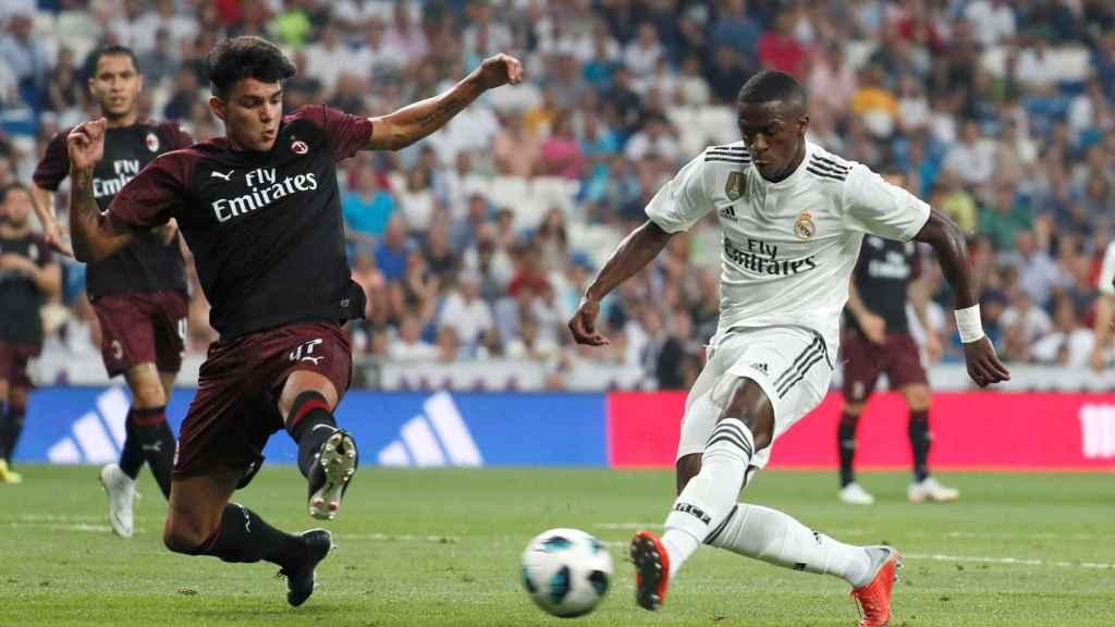 Vinicius lanzando a portería durante un partido del Real Madrid
