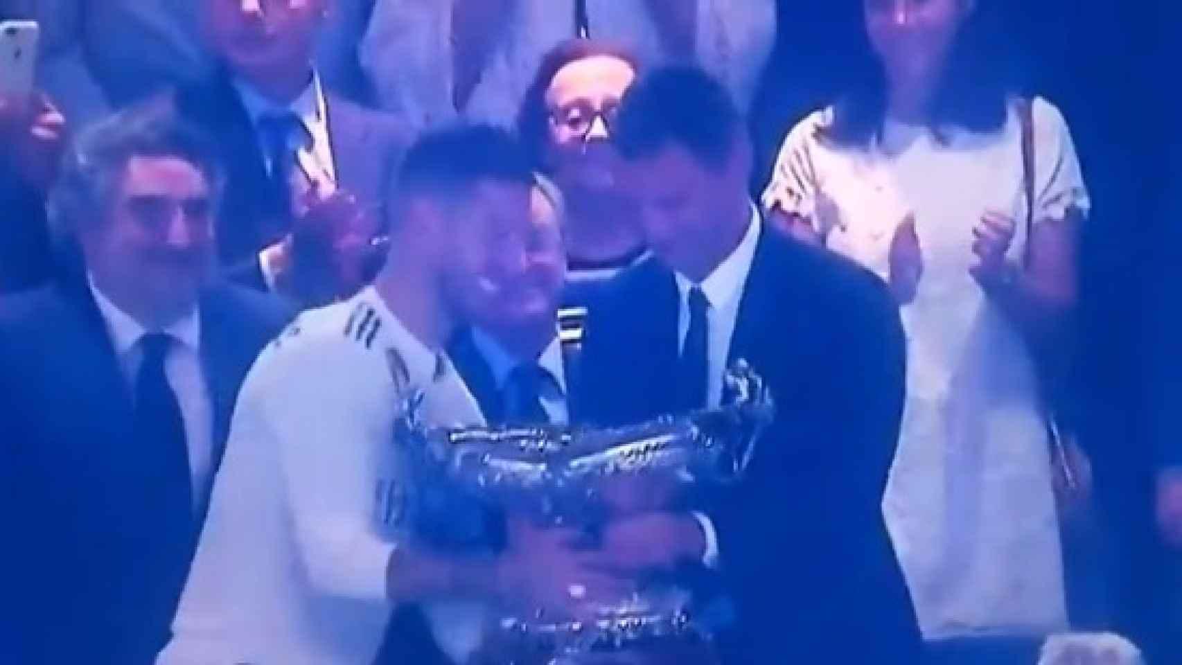 Paolo Maldini le entrega el Trofeo Santiago Bernabéu a Ramos