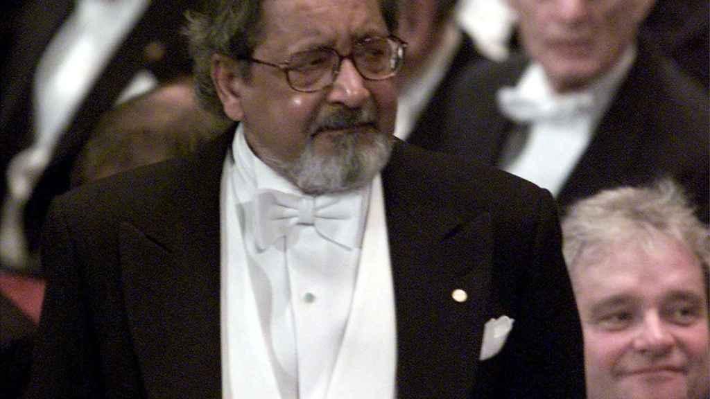 V. S. Naipaul, al recoger el premio Nobel de Literatura en 2001.