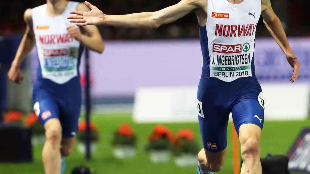 Jakob Ingebrigtsen, entra en meta en la final de 5.000m por delante de su hermano Henrik.