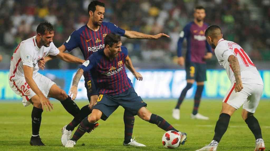 Leo Messi, frente a dos jugadores del Sevilla