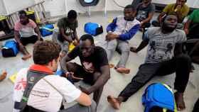 Inmigrantes a bordo del Aquarius tras ser rescatados el pasado viernes.