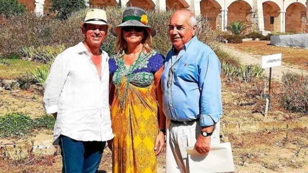 Manuel Valls (izq.), con Susana Gallardo (centro) y el exgeneral Luis Alejandre (dcha), en Menorca.