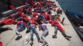 Inmigrantes subsaharianos rescatados en el Estrecho de Gibraltar descansan en el Puerto de Tarifa.