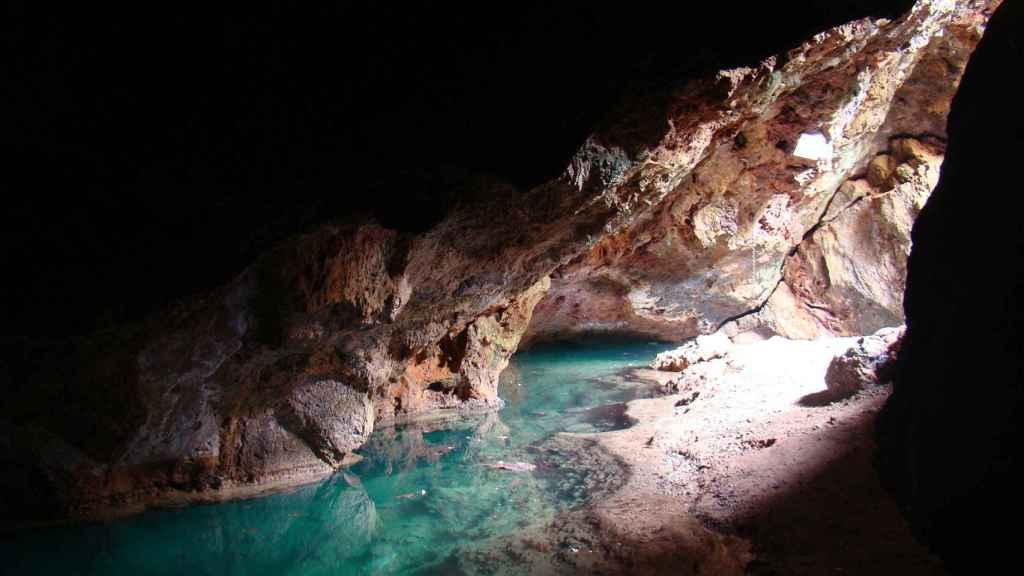 La entrada principal de la Cueva del Agua es accesible al público