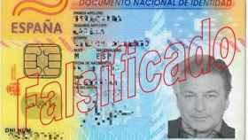 El estafador empleaba un DNI con la foto de Alec Baldwin para abrir cuentas bancarias.