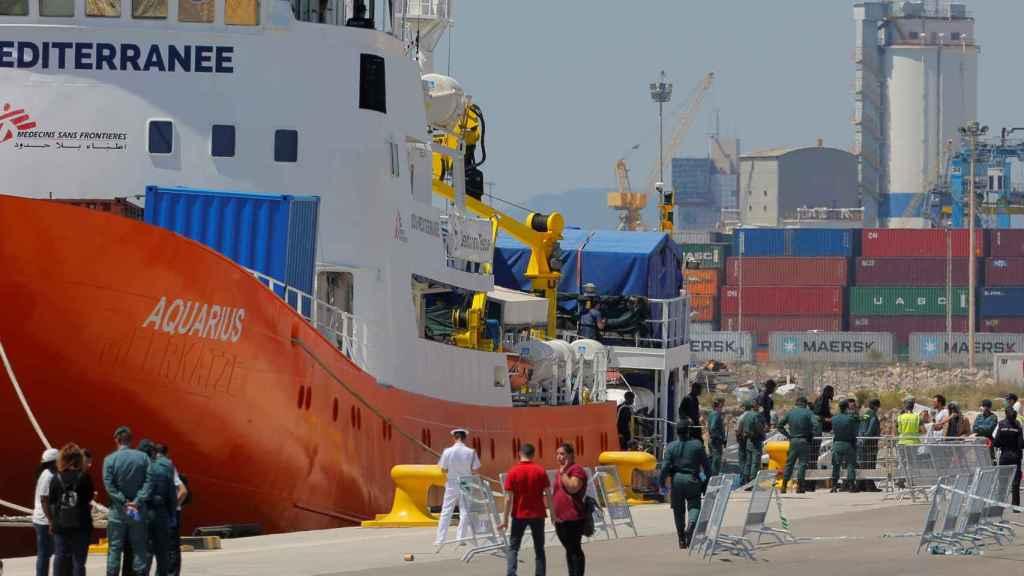 Refugiados del 'Aquarius' desembarcan en el puerto de Valencia.