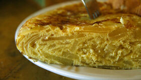 Hay que llevar especial cuidado con los alimentos elaborados con huevo como la tortilla.