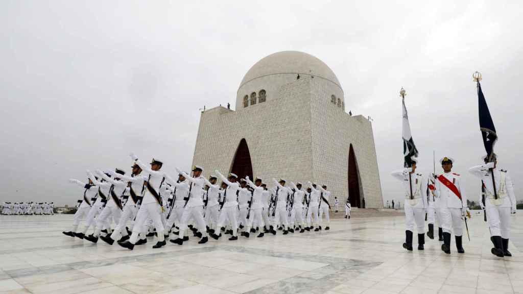 Miembros de la Fuerza Navak pakistaní marchan durante un desfile militar.