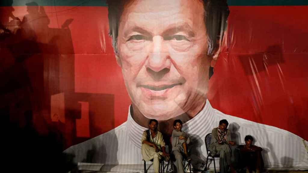 Un cartel del nuevo primer ministro, Imran Khan, en Karachi.