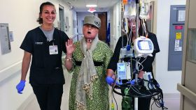 Katie canta en uno de sus paseos diarios por los pasillos del hospital.