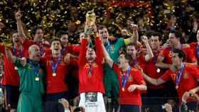 Sergio Ramos levanta la Copa del Mundo en Sudáfrica