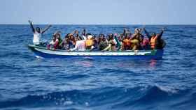 Varios inmigrantes siendo rescatados para ser llevados a bordo del 'Aquarius'