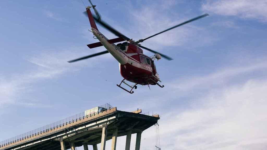 Un helicóptero de rescate se acerca a la zona de derrumbe del puente Morandi.