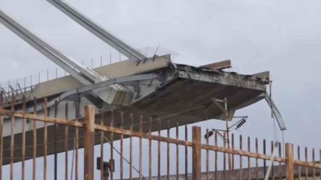 Imagen de uno de los restos del puente Morandi