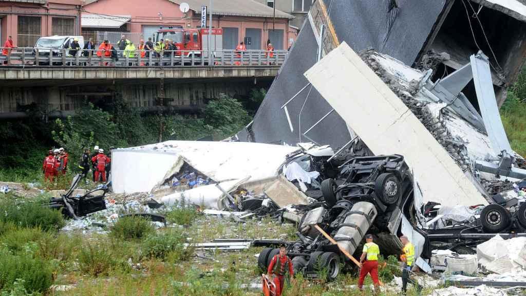 Las autoridades ayudando a algunas víctimas en el puente de Morandi, Génova.