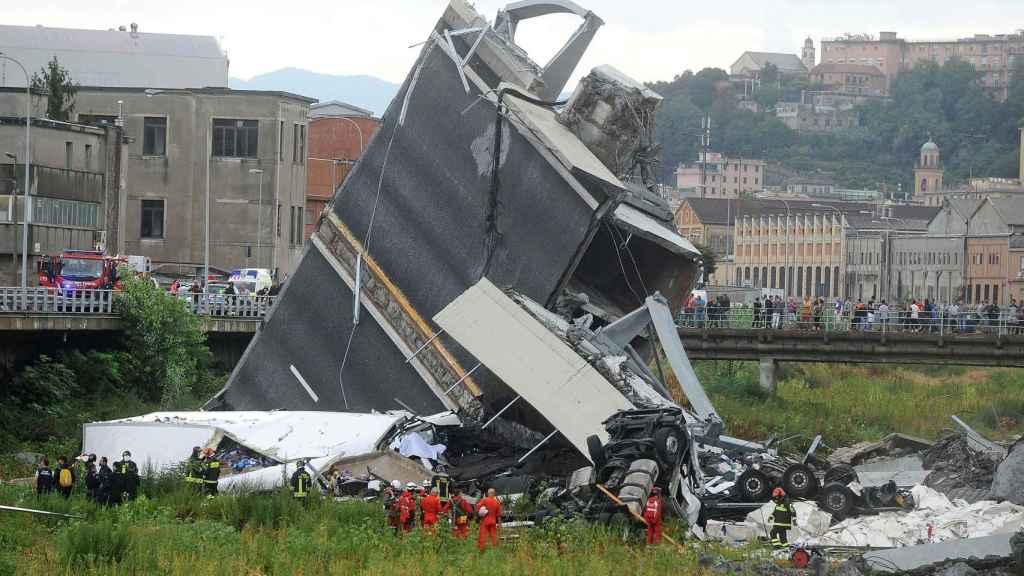Parte del puente derrumbado en Génova.