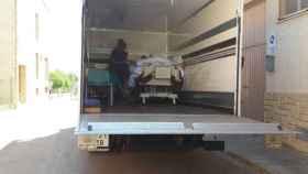Teófilo es trasladado en un camión de la mudanza.