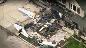 Así terminó la casa después del impacto de la avioneta, que se hizo añicos.