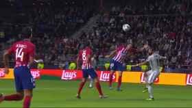 Mano de Juanfran en el área del Atlético de Madrid