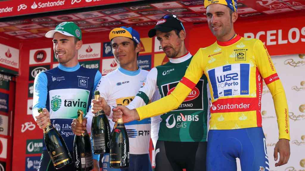 Xuban Errazkin, segundo por la izquierda, tras la octava etapa de la Volta a Portugal.