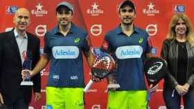 Bela y Lima tras alzarse con el Estrella Damm Alicante Open. Foto: Twitter (@FBelasteguin)