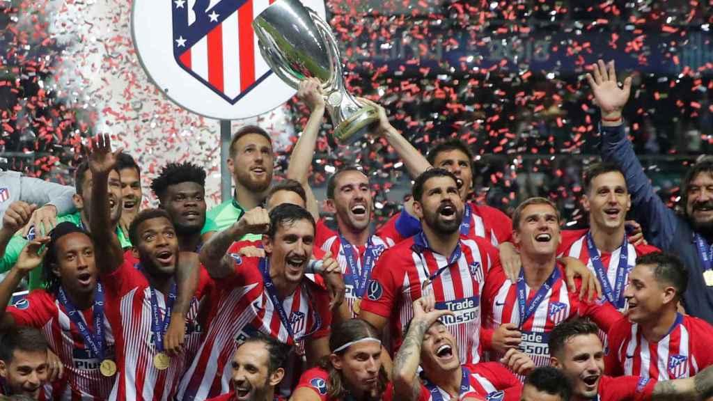 Diego Godín levanta la Supercopa de Europa para el Atlético de Madrid