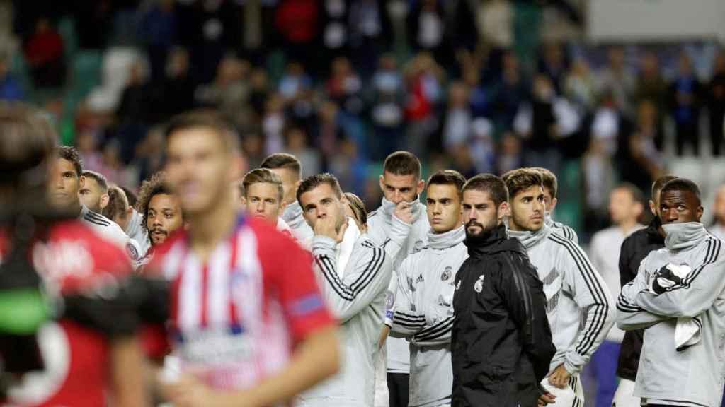 Los jugadores del Madrid, cabizbajos, tras perder la Supercopa de Europa
