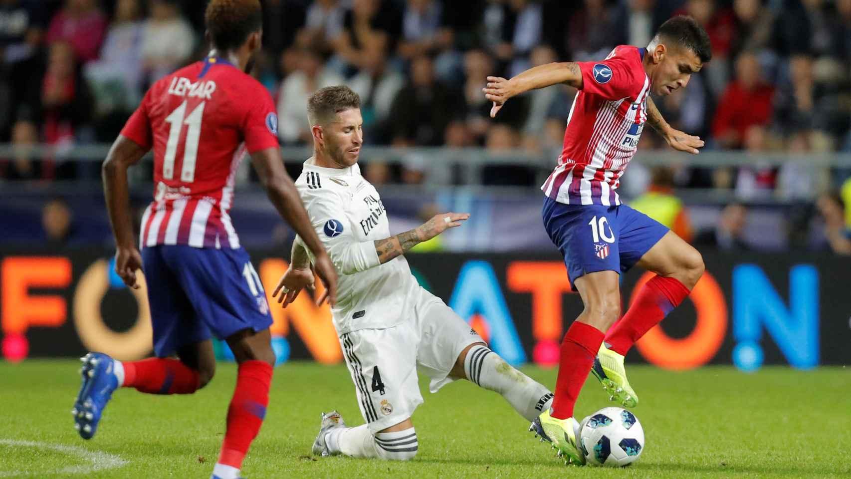 Ramos y Correa disputan un balón en la Supercopa de Europa.