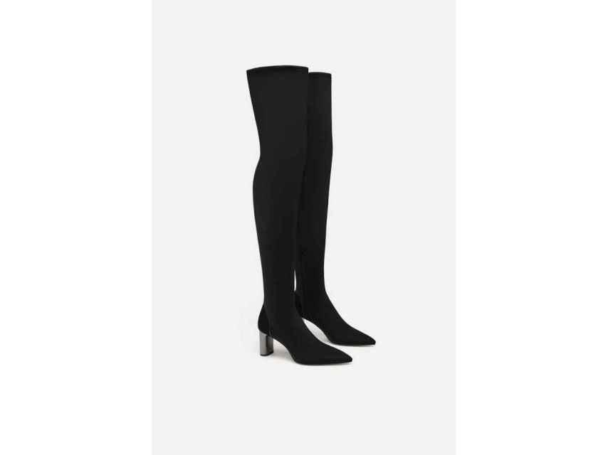 Botas altas negras con tacón de Zara.