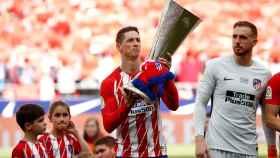 Fernando Torres, con el título de la Europa League.