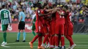 Los jugadores del Sevilla se abrazan tras marcar un gol al Zalgiris