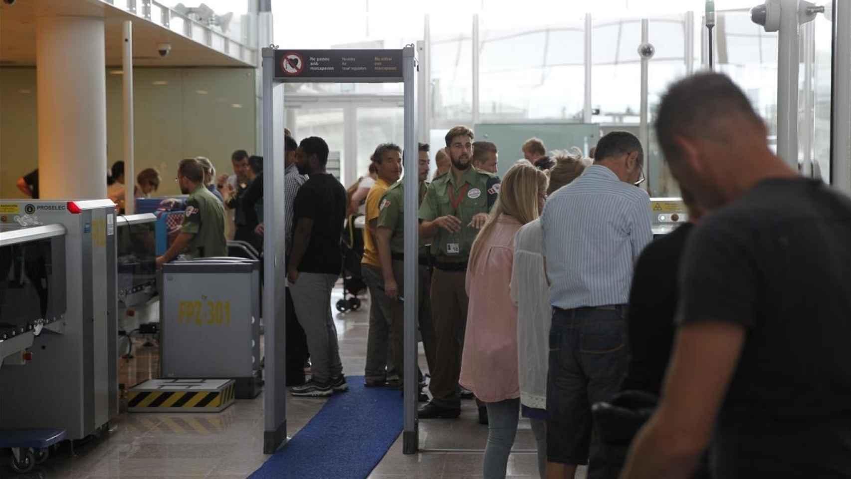 Vigilantes arcos de seguridad en el aeropuerto Barcelona-El Prat.